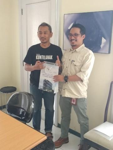 Penyerahan kenang-kenangan yang disampaikan oleh Bapak Aris Darisman selaku Head of Program Visual Communication Design mewakili STTK BINUS@Bandung