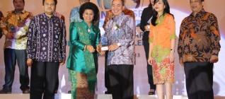 Penghargaan CSR Award Koran SINDO 2013 diberikan langsung oleh Ibu Linda Gumelar (Menteri Pemberdayaan Perempuan & Perlindungan Anak) kepada Ir.Bernard Gunawan (CEO BINA NUSANTARA)