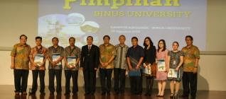 Pemberian sertifikat kepada FEC dan Program Magister